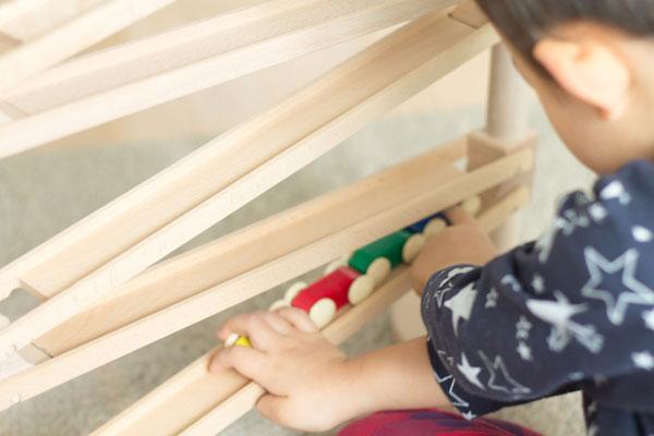 スロープおもちゃで遊ぶ2歳児