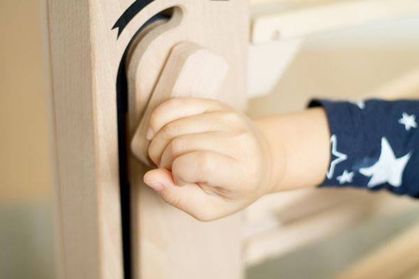 クルリンエレベーターで遊ぶ1歳児