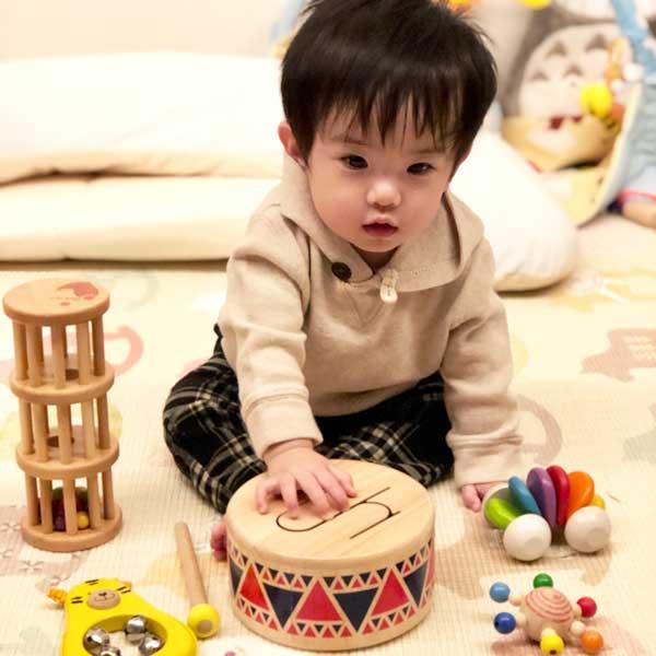 ソリッドドラムで遊ぶ子ども