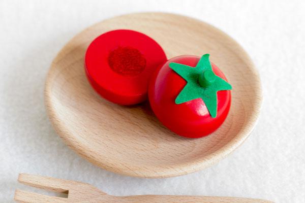 切ったトマトが皿に乗っている様子拡大