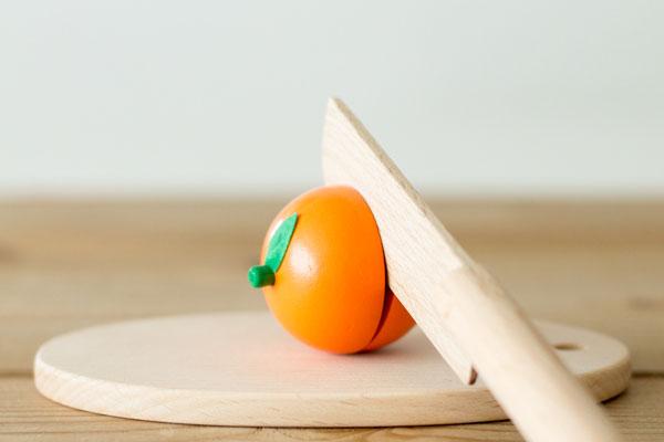 オレンジに包丁を入れている様子
