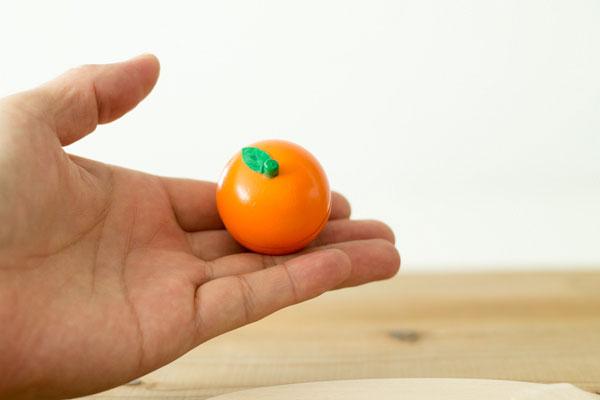 オレンジえお持っている様子拡大