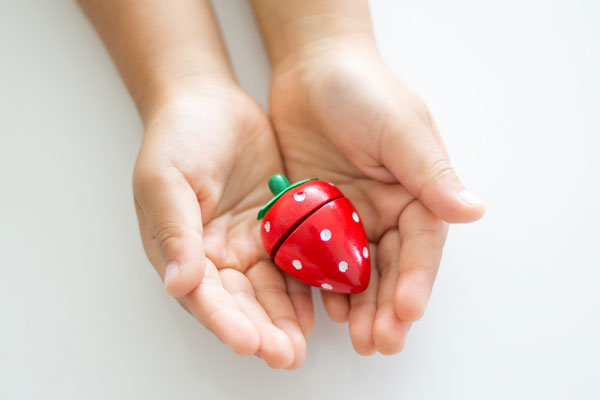 子供の手の中のいちご