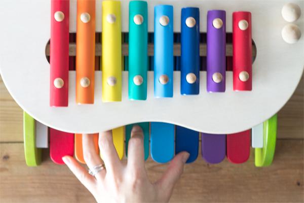 鍵盤で和音を押している様子拡大