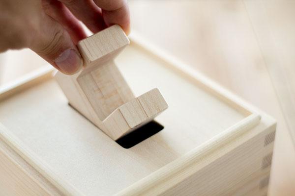 木箱の蓋で型はめ遊び