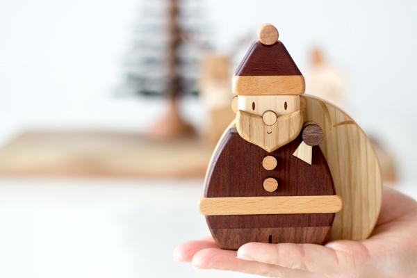 木製サンタを手のひらに乗せている様子