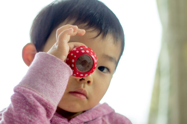 マッシュルームカレイドスコープ赤を持っている子供