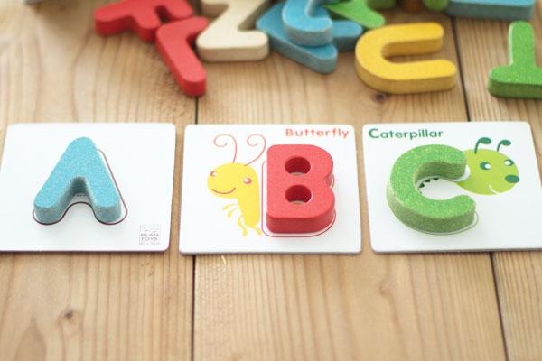 カードにアルファベットパーツを置いた様子
