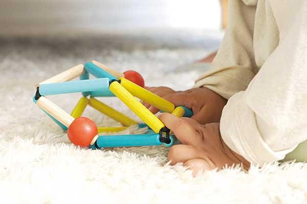 赤ちゃんが遊ぶ様子