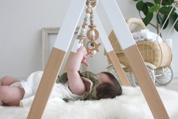 ハンギングトイで遊ぶ赤ちゃん