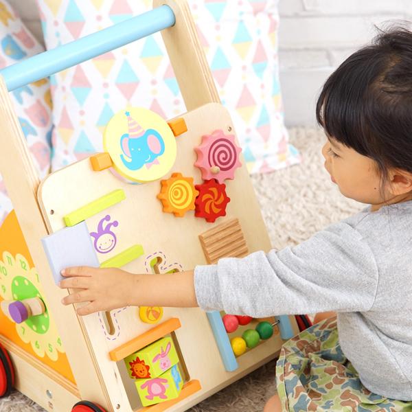 知育玩具で遊んでいる様子拡大