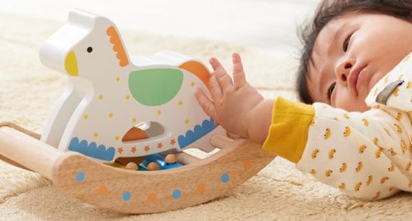 赤ちゃんが木馬で遊んでいる様子