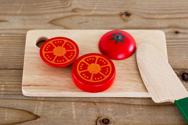 3つにカットしたトマト